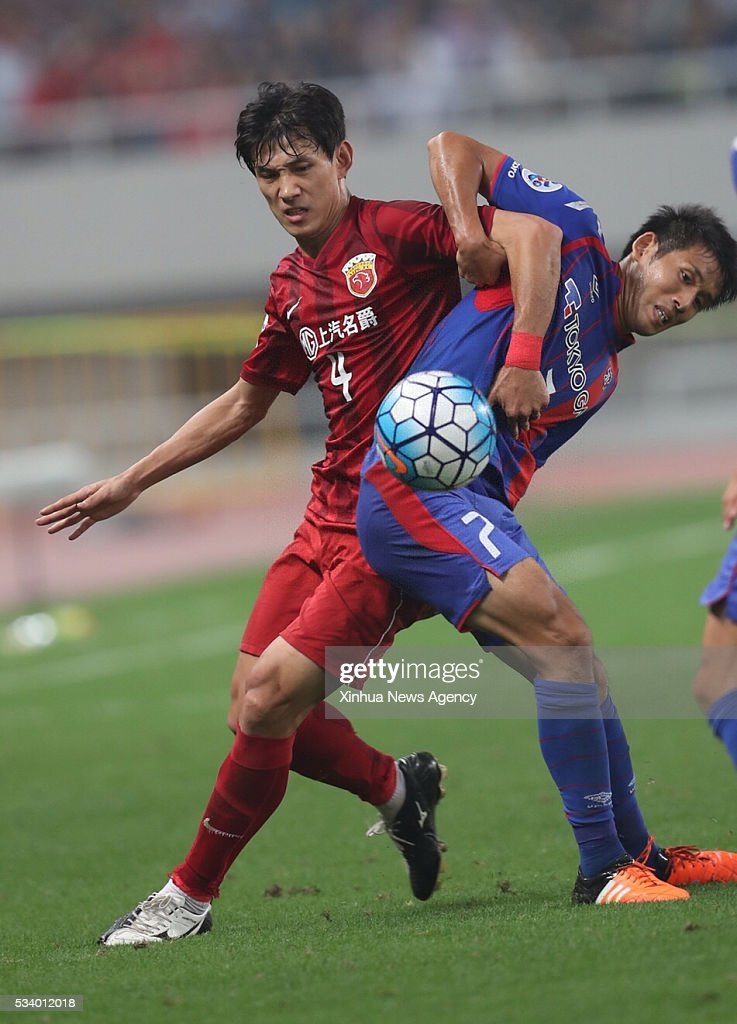 SHANGHAI, May 24, 2016 -- Wang Shenchao, left, of China's Shanghai SIPG competes during the second round of 1/8 finals against Japan's FC Tokyo at the Asian Football Confederation Asian Champions Legaue in Shanghai, China, on May 24, 2016. Shanghai SIPG won 1-0.