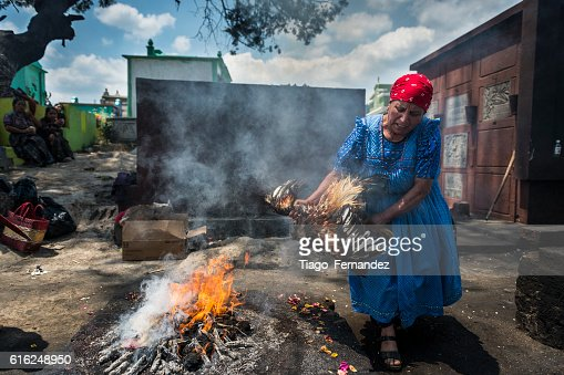 Maya woman performing a ritual in the cemetery of Chichicastenango : Foto de stock