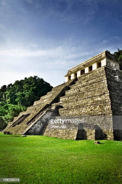 Templo mayas en México el día de sol y cielo azul