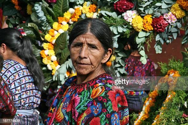 Mayan femme portant le traditionnel, handwoven et des vêtements.