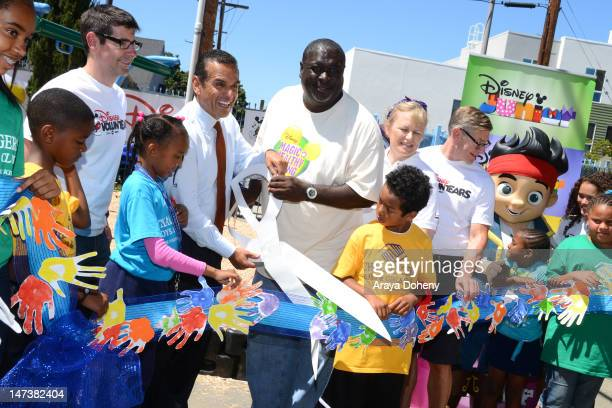 Mayor Antonio Villaraigosa and Corey Dantzler join Challengers Boys Girls Club Disney VoluntEARS Verizon volunteers organizers from KaBOOM and...