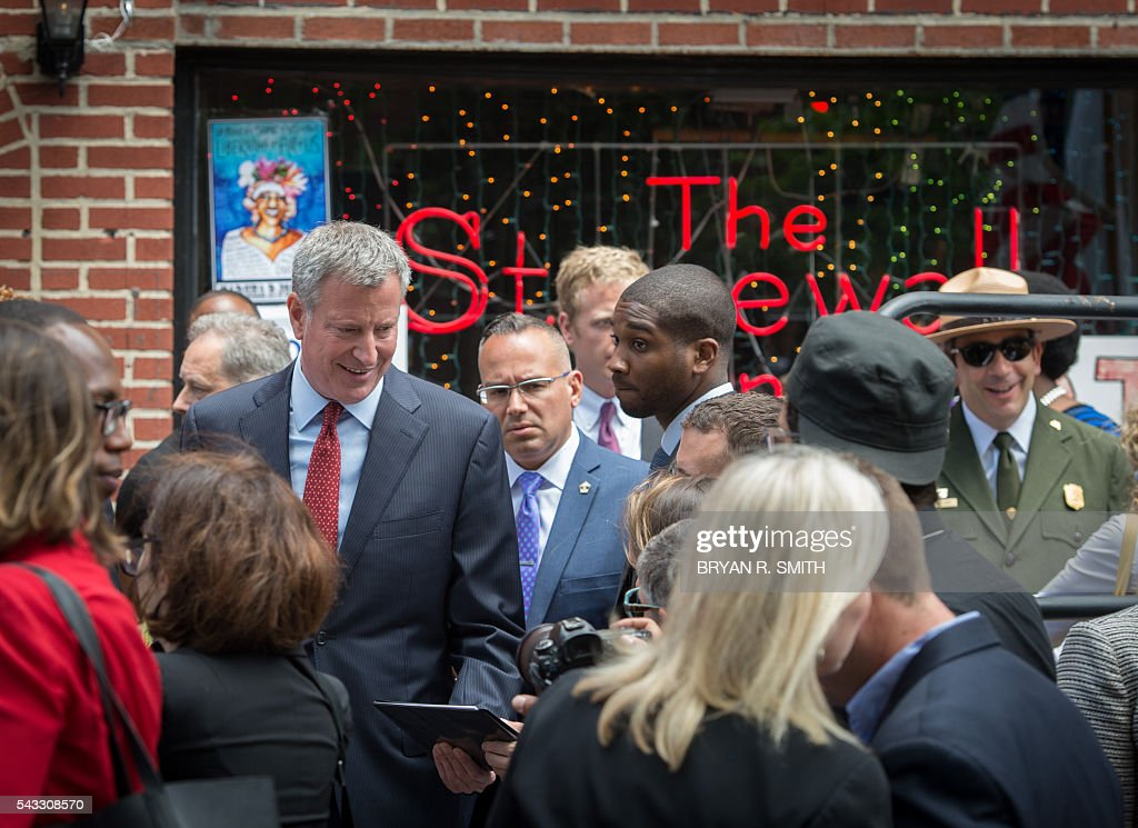 Mayor Bill de Blasio arrives as he joins elected officials, advocates and New Yorkers in designating Stonewall Inn a National Monument on June 27, 2016 in New York. / AFP / Bryan R. Smith