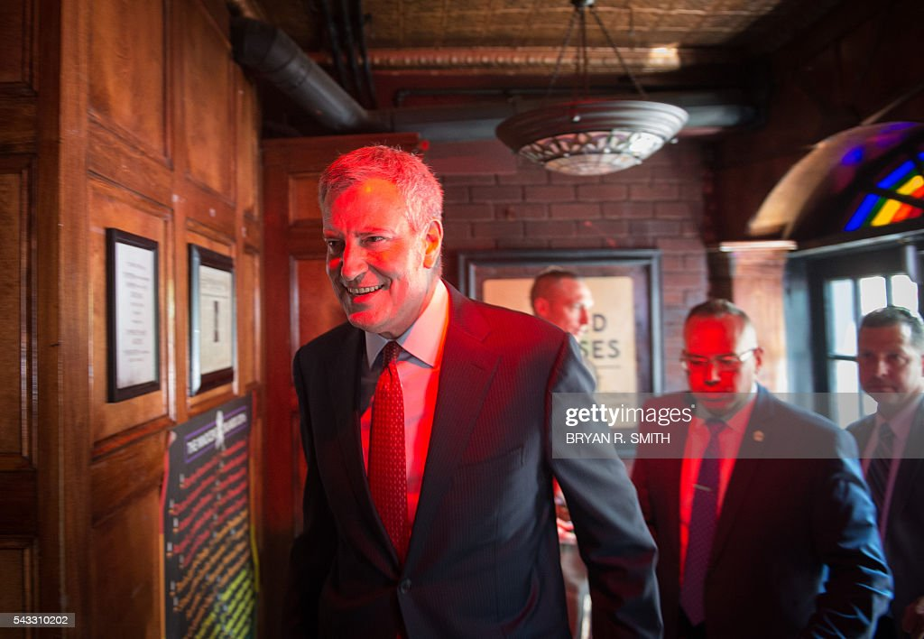 Mayor Bill de Blasio enters the Stonewall Inn after he and elected officials, advocates and New Yorkers joined in designating Stonewall Inn a National Monument, on June 27, 2016 in New York. / AFP / Bryan R. Smith