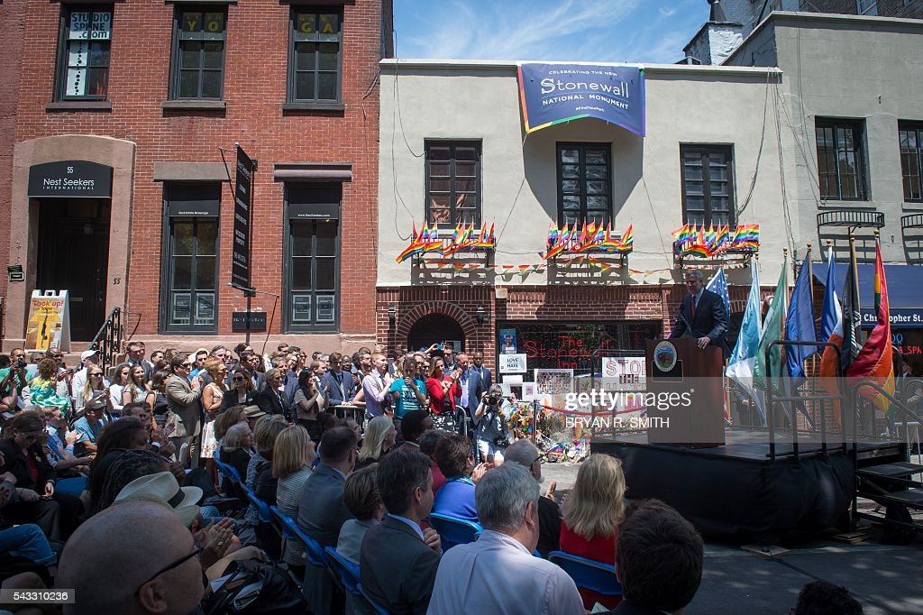 Mayor Bill de Blasio joins elected officials, advocates and New Yorkers in designating Stonewall Inn a National Monument, on June 27, 2016 in New York. / AFP / Bryan R. Smith