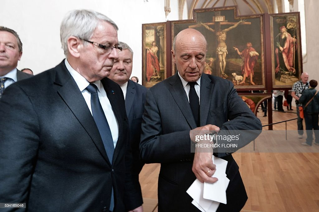 Mayor of Bordeaux and France's former Prime minister, Alain Juppe, who is vying for the right-wing nomination for the 2017 French presidential polls speaks with Mayor of Colmar Gilbert Meyer as he visits the Unterlinden Museum in Colmar, eastern France, on May 25, 2016. / AFP / FREDERICK