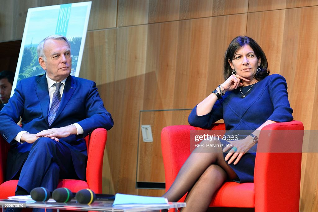 Mayor of Paris Anne Hidalgo (R) and French Minister of Foreign Affairs Jean-Marc Ayrault attend a press conference about tourism in Paris on May 30, 2016 in Paris. / AFP / BERTRAND