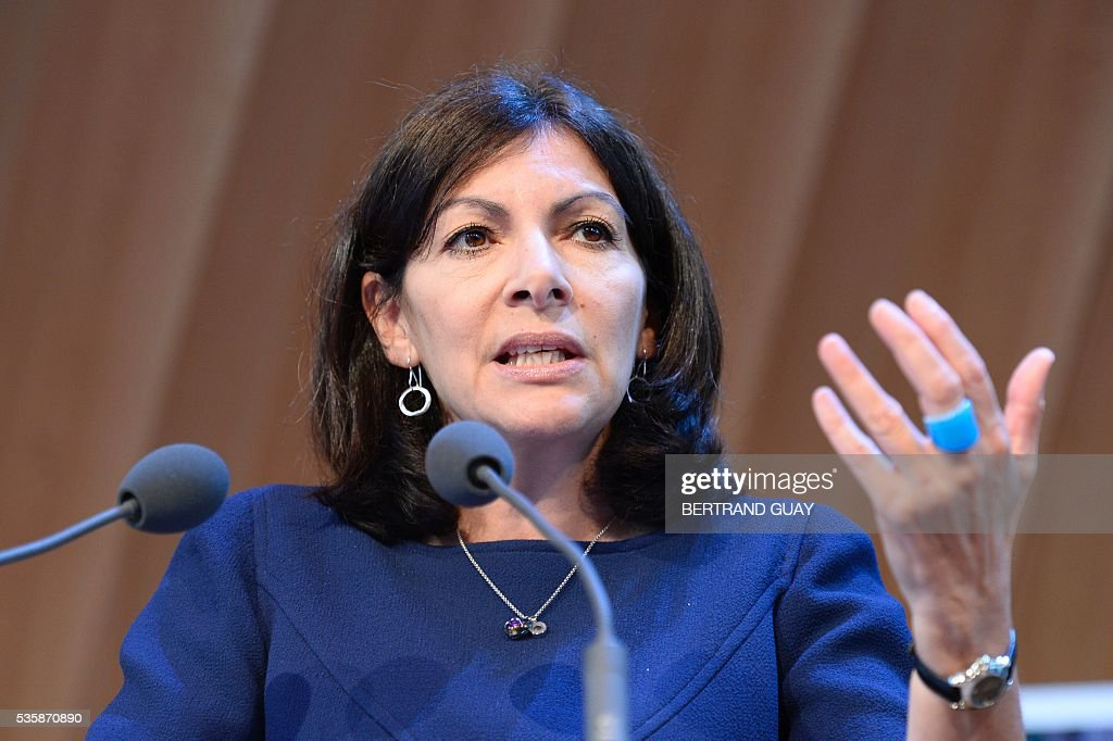 Mayor of Paris Anne Hidalgo delivers a speech during a press conference about tourism in Paris on May 30, 2016 in Paris. / AFP / BERTRAND