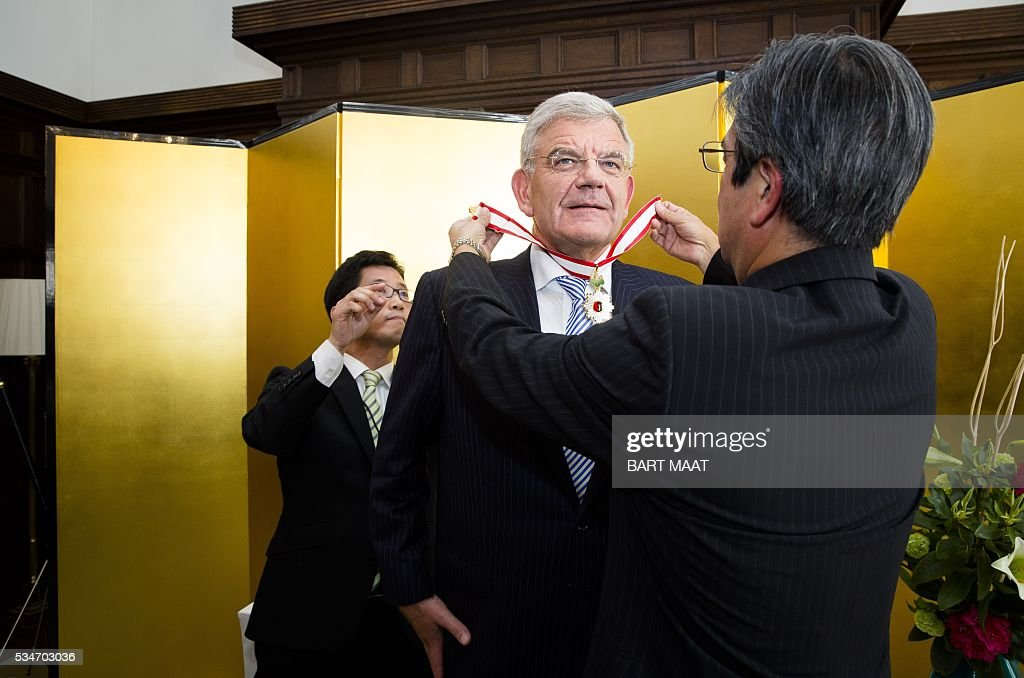 Mayor of Utrecht Jan van Zanen receives the imperial award from the Japanese Ambassador Hiroshi Inomata, in The Hague, on May 27, 2016. / AFP / ANP / Bart Maat / Netherlands OUT