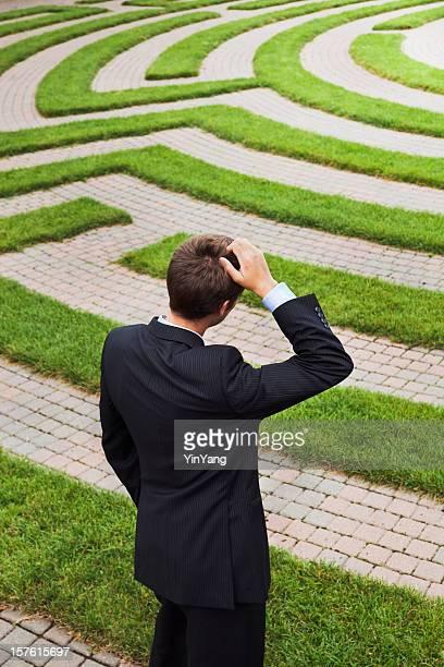Labyrinthe et confus Homme d'affaires, méditant passage stratégique de l'Occupation et les Solutions