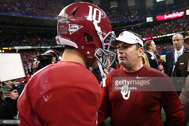 McCarron of the Alabama Crimson Tide talks with head coach Bob Stoops of Oklahoma Sooners during the Allstate Sugar Bowl at the MercedesBenz...