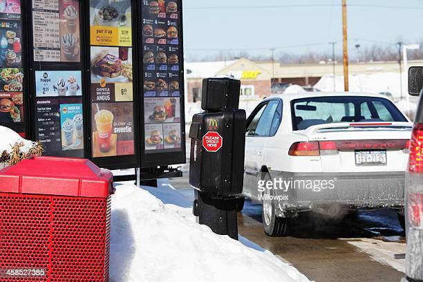 McDonald's Drive-Thru autos warten im Winter