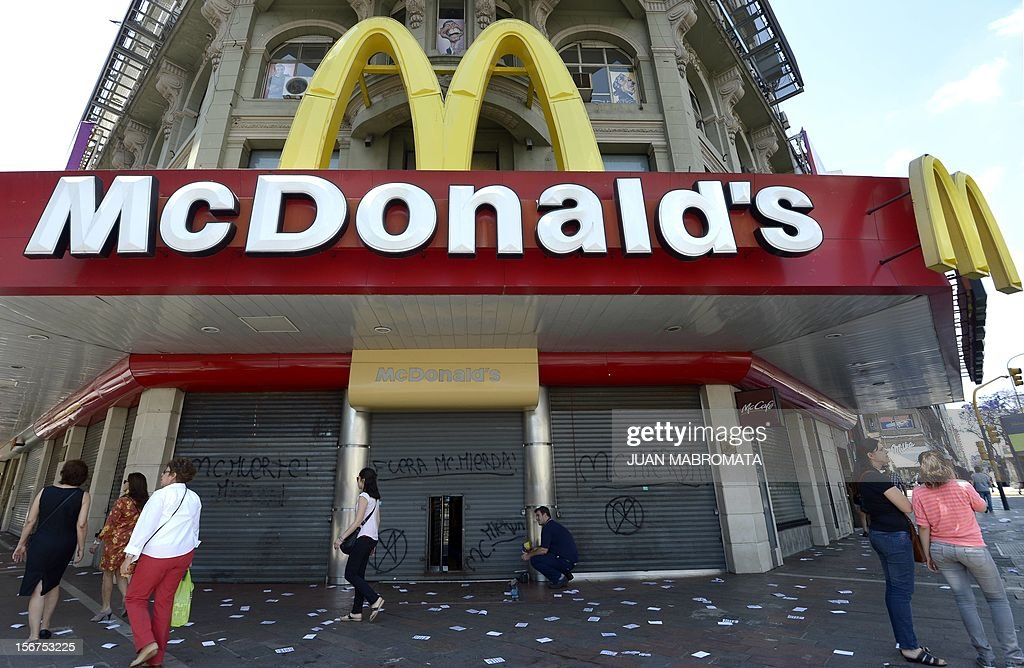 A McDonald's fast food parlor remains closed during a unions' strike that blocks the approaches to the capital, on November 20, 2012 in Buenos Aires. A general strike was called Tuesday by the working unions opposing the government of President Cristina Fernandez de Kirchner to protest against the taxes on wages. AFP PHOTO / Juan Mabromata