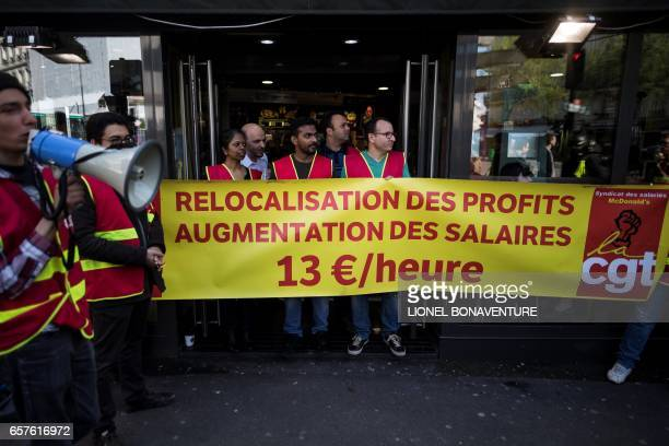 McDonald's restaurant employes are pictured during a strike to protest against bad working conditions on March 25 2017 in Paris / AFP PHOTO / Lionel...