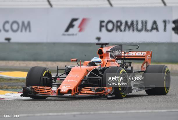 McLaren's Spanish driver Fernando Alonso takes a corner during the Formula One Chinese Grand Prix in Shanghai on April 9 2017 / AFP PHOTO / GREG BAKER