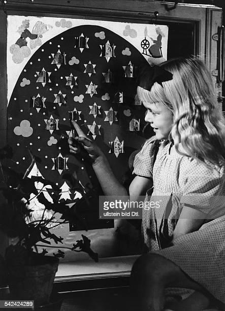 Mädchen vor Adventskalender 1940