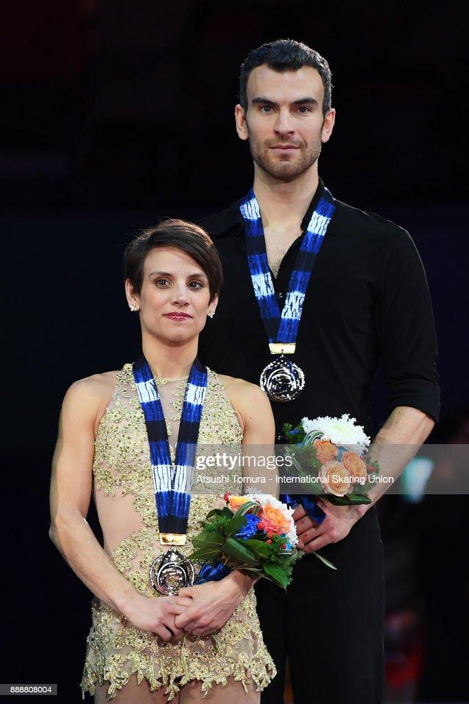 Меган Дюамель - Эрик Рэдфорд / Meagan DUHAMEL - Eric REDFORD CAN - Страница 14 Meagan-duhamel-and-eric-radford-of-canada-pose-on-the-podium-after-picture-id888808004
