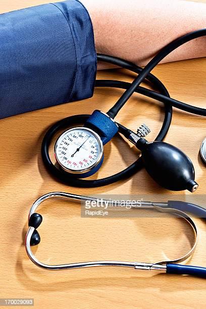 Messen den Blutdruck: Ärmel mit Bündchen aus sphygmomanometer