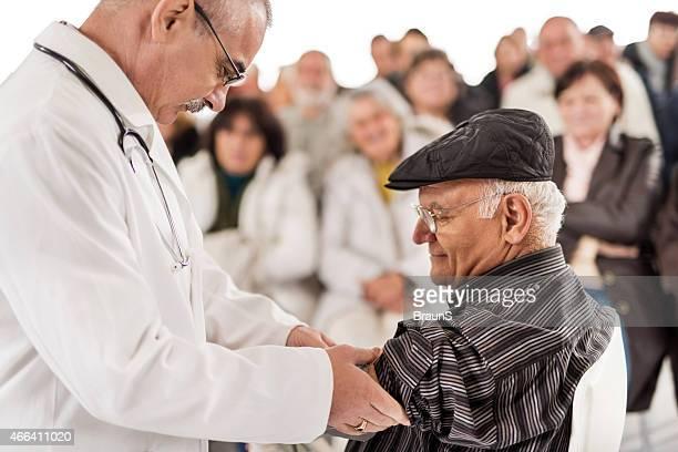 Messen den Blutdruck zu Bildung und Medizin.