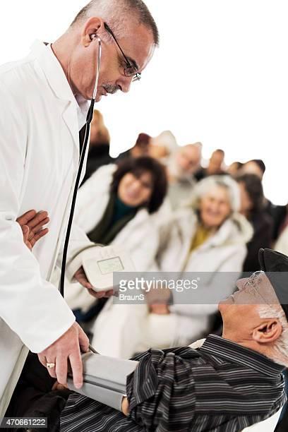 Medir a pressão arterial no evento educacional sobre o medicamento.