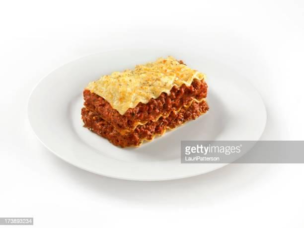 Lasagna di carne su un piatto bianco