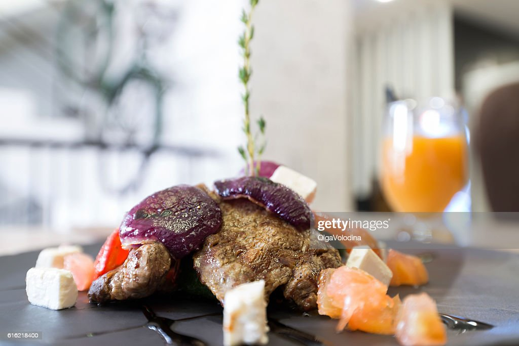 Meat with vegetables and cheese in restaurant : Stockfoto