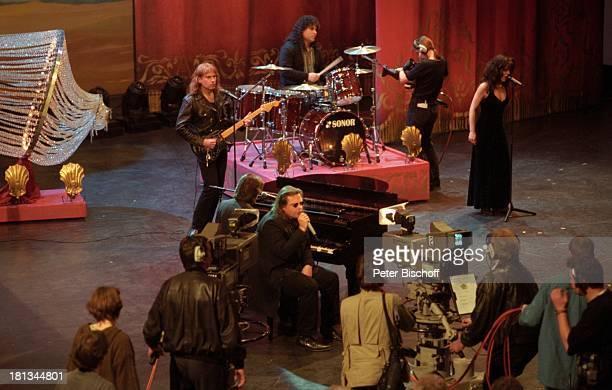 Meatloaf mit Bandmitglieder 100 ZDFShow 'Wetten dass ' Philpshalle Düsseldorf Deutschland Bühne Auftritt singen Mikrofon Kamera Dreharbeiten Drehstab...