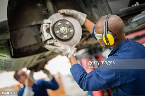 Mécanicien réparer une voiture