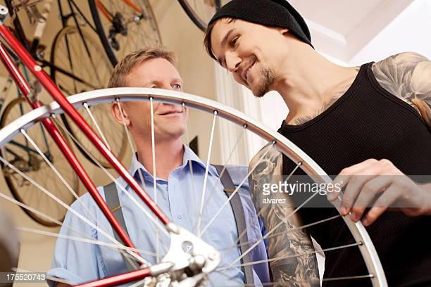 Mechaniker reparieren Fahrrad auf Fahrrad shop