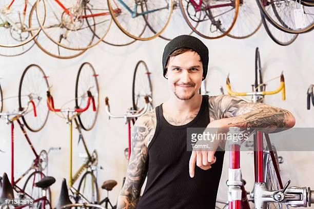Mechaniker in einer Fahrrad-Store