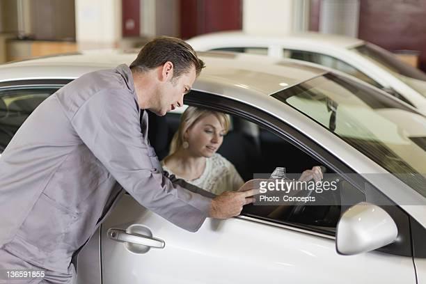 Mechaniker mit Zwischenablage an Kunden