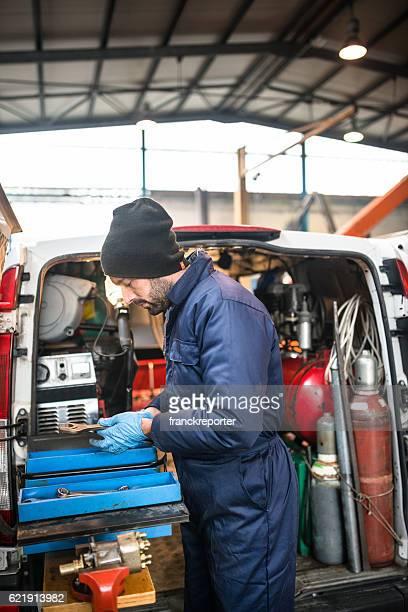 Mécanicien technicien sur un parking couvert