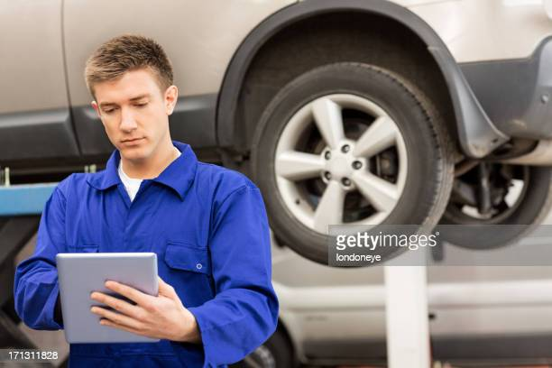 Mechaniker mit Tablet PC