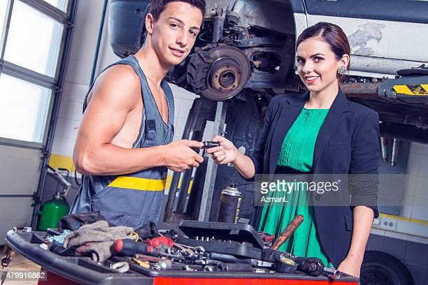 Mechaniker mit Kunden