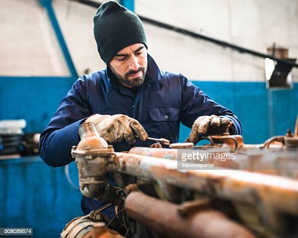 Mécanicien travaillant dans un atelier sur un moteur de camion