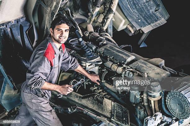 Mechaniker Arbeiten auf einem LKW