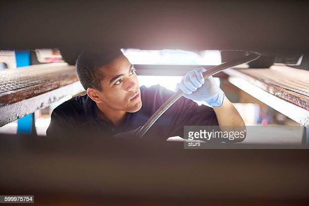Meccanico lavorando su auto
