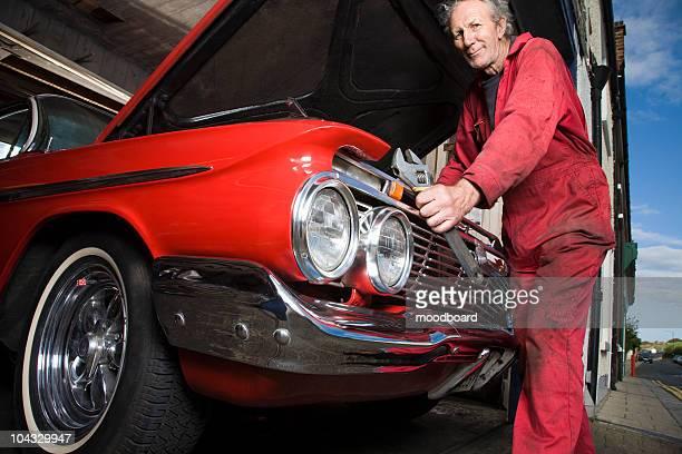 Mechaniker Arbeiten am Motor von einem Oldtimer