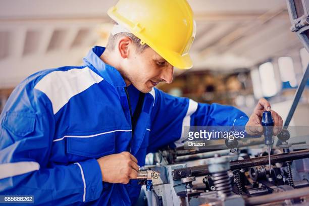 Maschinenbau-Ingenieur überprüft die Funktionsfähigkeit der Maschine