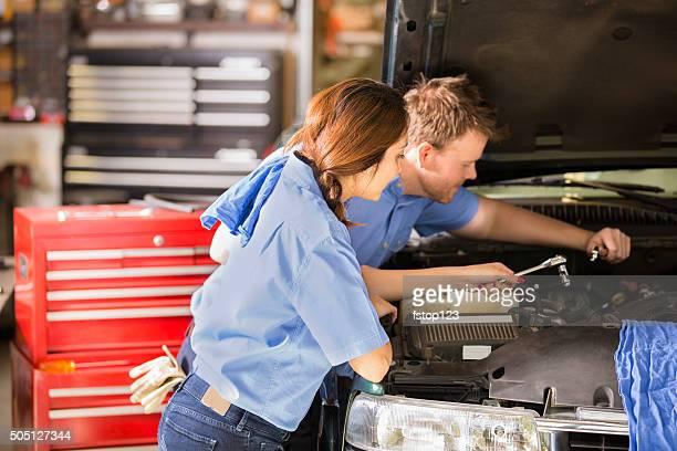 Mechanik in einer auto repair shop.   Mann und Frau arbeiten.