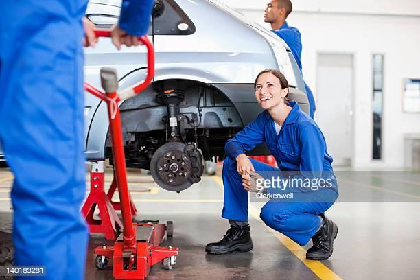 Mechanik Arbeiten im auto repair shop
