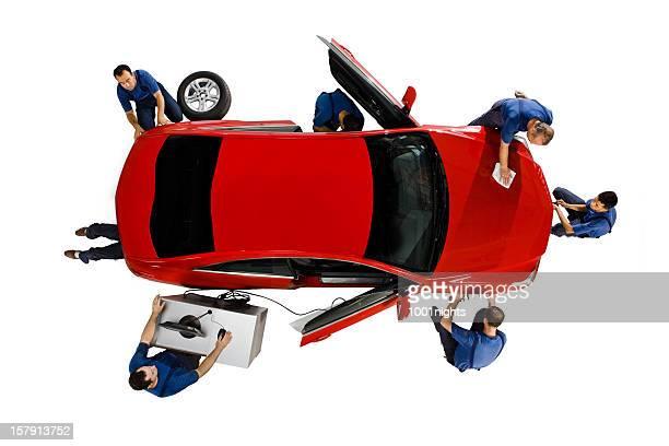 Mécanicien travaillant sur la voiture