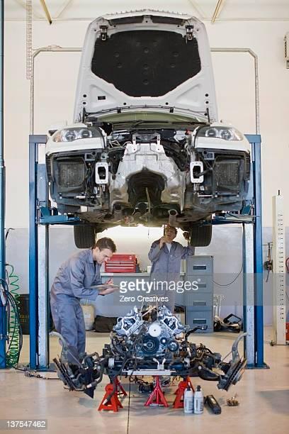 Mechaniker Arbeiten am Auto in garage