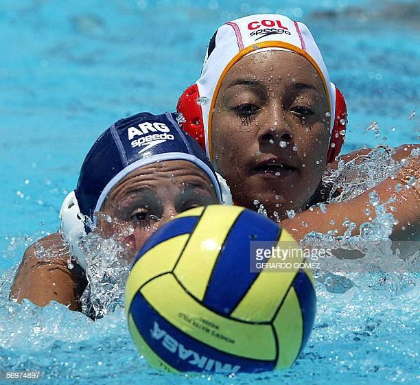 Gisela Perez de Argentina disputa la pelota con Paola Guizao de Colombia durante un partido de polo acuatico del Campeonato Sudamericano de Natacion...