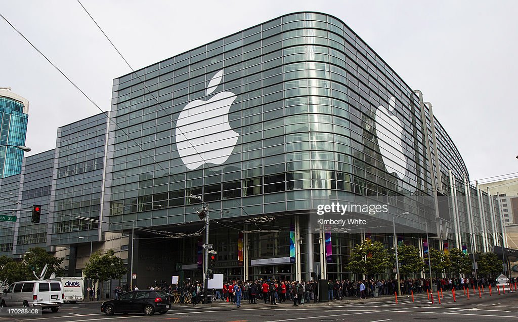 Media and attendees wait in line for the keynote address during the 2013 Apple WWDC at the Moscone Center on June 10, 2013 in San Francisco, California. Apple's annual developer conference runs through June 14.