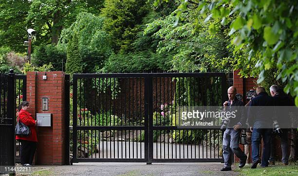 Media gather at the gates of the home of former Royal Bank of Scotland chief Sir Fred Goodwin on May 19 2011 in Edinburgh Scotland An injunction...