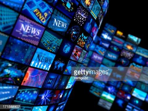 Mehrere Fernseher in blauen Farben