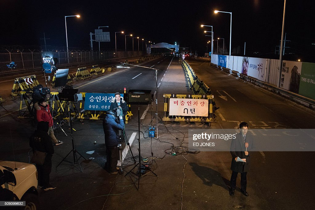 Media report from the Tongil bridge, a checkpoint leading to the Kaesong joint industrial zone, in Paju on February 11, 2016. South Korea said it would suspend operations at the Kaesong joint industrial complex in North Korea to punish Pyongyang for its latest rocket launch and nuclear test. / AFP / ED JONES