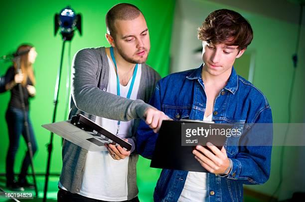 Medios de estudiantes en la habitación tipo estudio