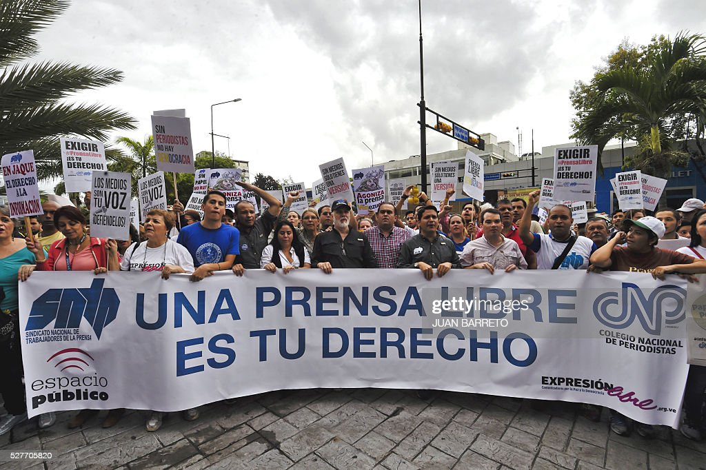 Media workers and journalists participate in a rally outside the United Nations offices in Caracas May 03, 2016 demanding more freedom for the press. / AFP / JUAN