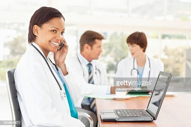 Medizin Arzt Arbeiten auf einem Laptop